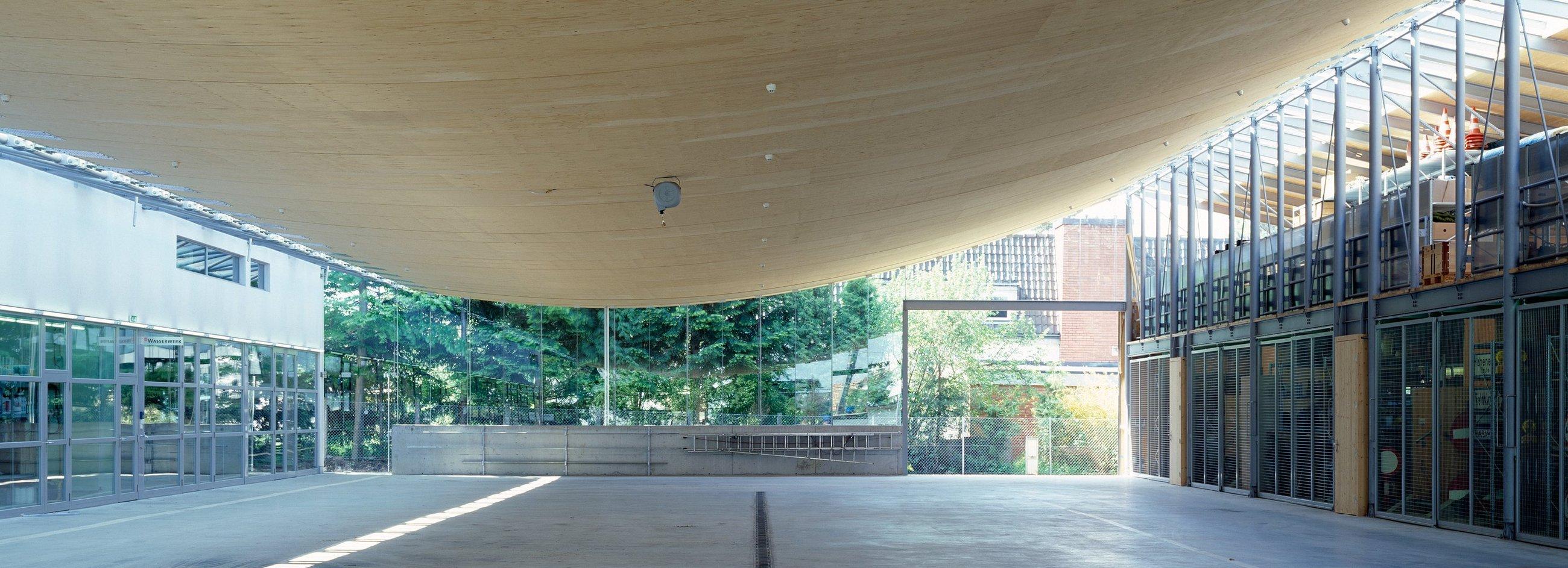 Die einzelnen bahnenartigen Holzelemente wurden eben gefertigt, sodass das Dach seine eigentliche Form (Seillinie) erst bei der Montage erhielt.